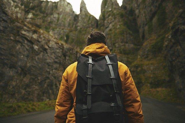 adulte de dos avec un sac à dos en randonnée