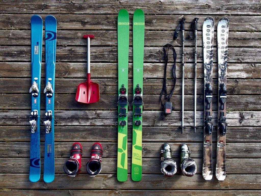 trois paires de ski